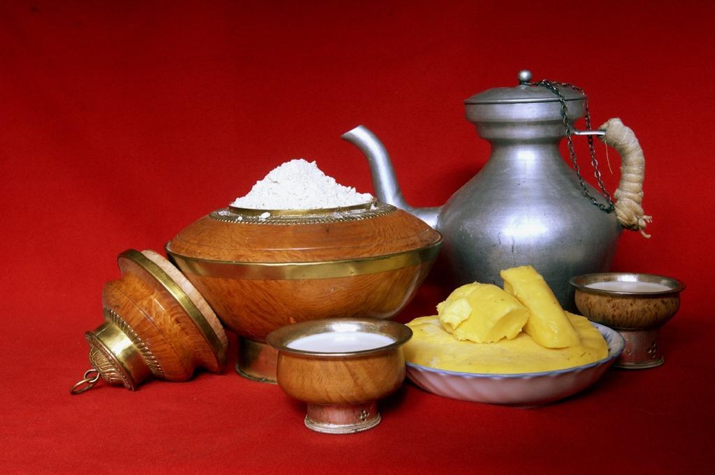 藏地美食糌粑和酥油茶