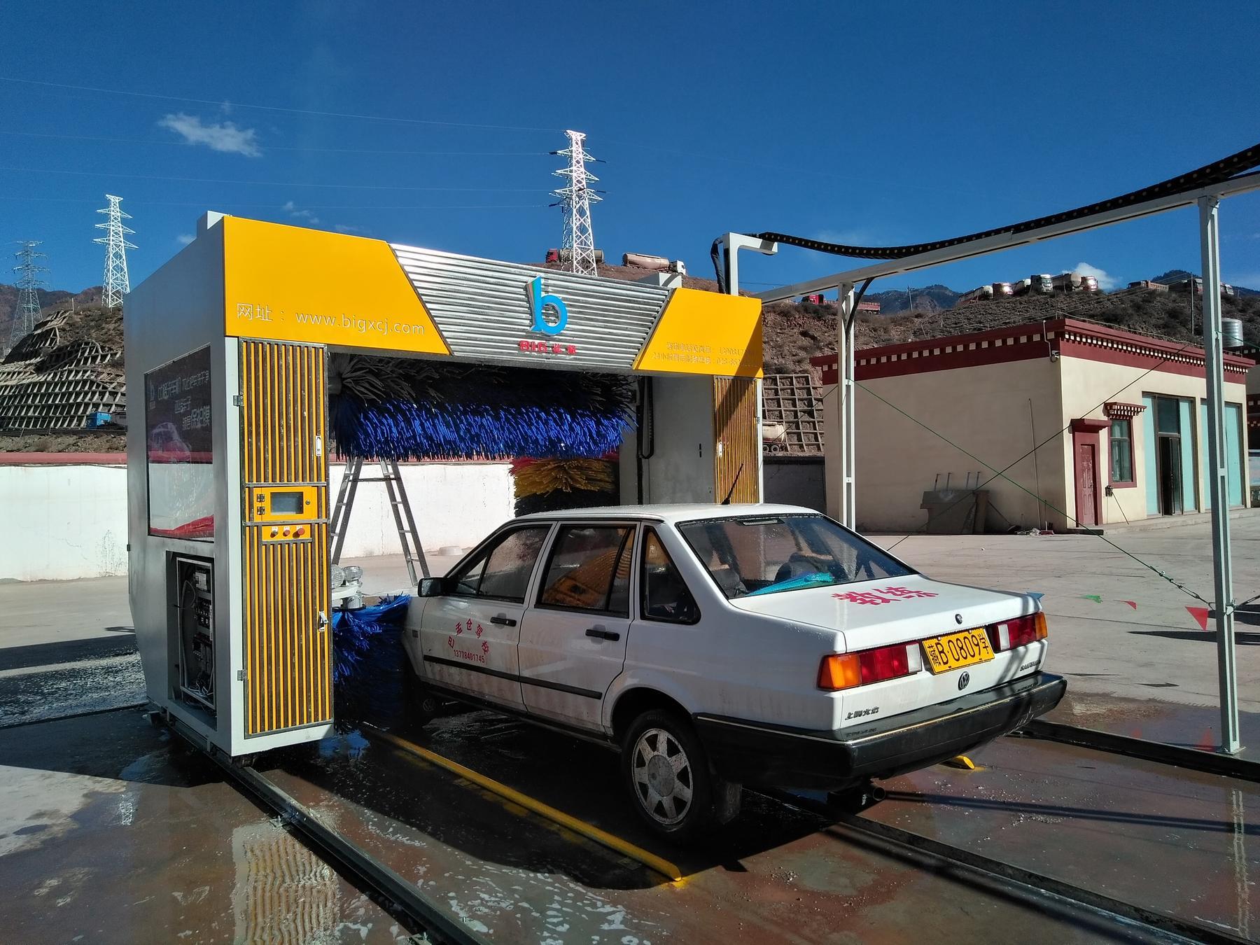 正在洗车的全自动洗车机